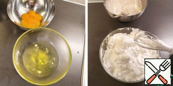 Separate the egg whites from the yolks. Set aside the yolks for the cream. And whisk the whites until the mass becomes thick and dense.