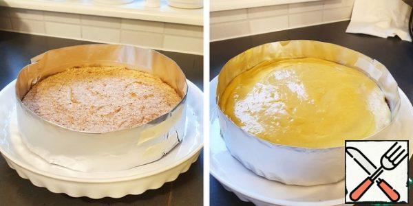 Spread the cream on the surface of the cake.For lack of anything better, foil was used as a border, which I folded and secured with paper tape around the perimeter of the cake. Instead of foil, it is possible, probably, to use special detachable forms.