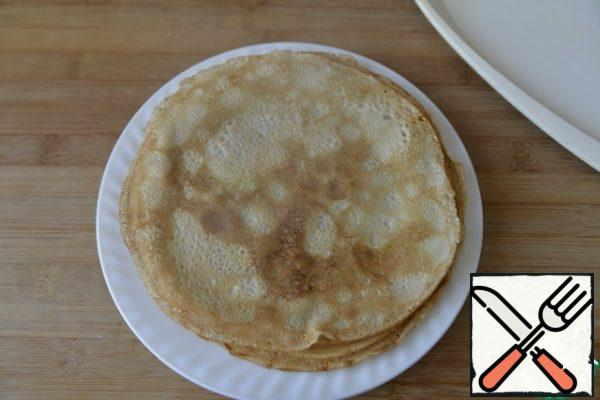 We take ready-made unsweetened pancakes made according to your favorite recipe. Although I like the taste of sweetness in this snack. If the pancakes were stored in the refrigerator, then I advise you to warm them up a little in the microwave so that they are more elastic.