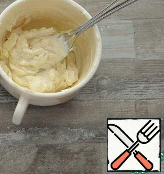 Melted cheese mash with a fork, adding cream to get a homogeneous mass. Add the garlic and nutmeg crushed through the press.Add garlic to taste, but do not overdo it. There should be only a slight taste of garlic and no sharpness. I added half a small clove.