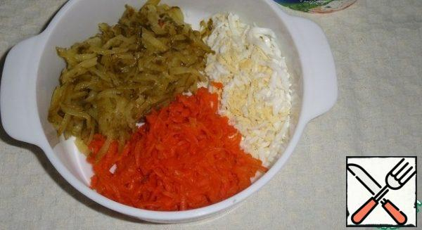 Prepare the products. Cook the egg and carrots in salted water. Cool and clean. Carrots, cucumbers, egg three on a grater.