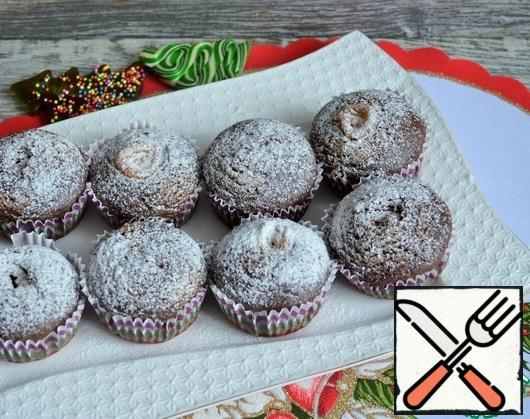When serving, sprinkle the cupcakes with powdered sugar.