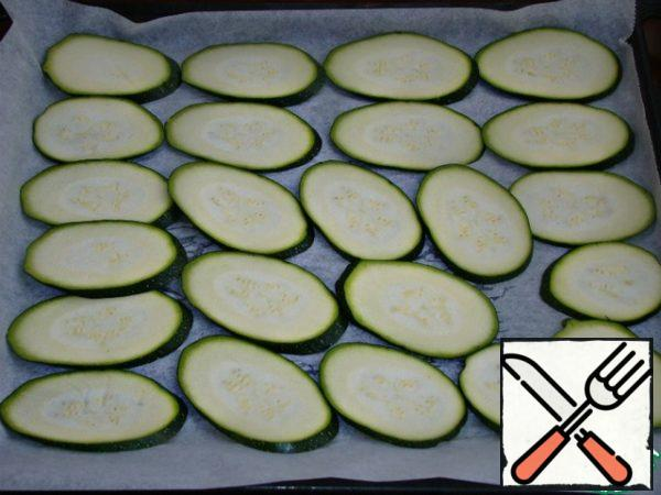 Cut the zucchini into thin slices and bake in the oven until soft, so that they do not break when rolled.