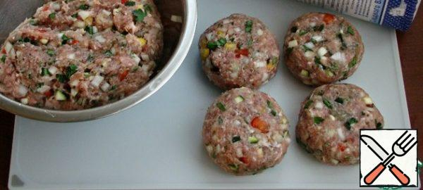 To the minced meat, add an egg, finely chopped onions, salt, spices, breadcrumbs, chopped parsley and some fresh vegetables. Mix the minced meat thoroughly and form 8 cutlets.