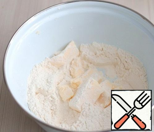Next, add the soft butter (60 gr.). Chop the flour and butter into small crumbs.