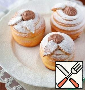 Sprinkle the finished dessert with powdered sugar. In the middle of each Apple, add the custard chocolate cream.