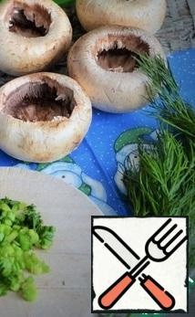 In mushrooms, carefully remove the leg and part of the pulp, forming cups. Part of the greens and garlic finely chop. P.S.: the legs and mushroom pulp can be frozen and used later.