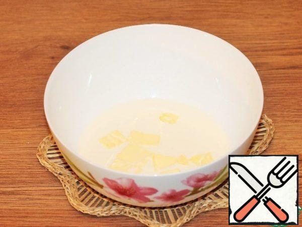 Prepare the dough. In hot milk, melt the butter (20 g).