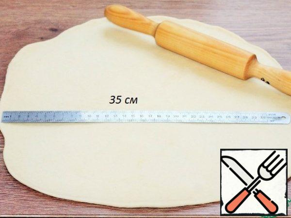 Roll out each bun into the reservoir, the size of ~ 37 cm Do not dust the countertop with flour.