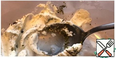 To the curd mass, pour 100 ml of warm boiled water and dissolve the curd cheese with a whisk, gently beating.