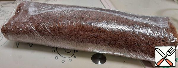 Wrap our roll in plastic wrap and send it to the refrigerator for 30 minutes.