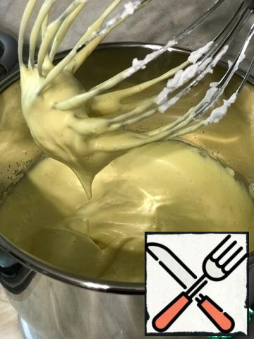 Next, separately beat 4 eggs at room temperature with 50 g (part 2) of sugar until fluffy and light mass at the maximum speed of the mixer for 3-5 minutes.