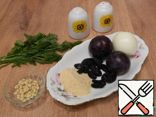 Prepare other ingredients for the fish filling. Cut the plums and onions into cubes. Chop the greens.