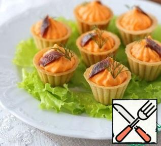 Add the prepared cream with a pastry bag to the tartlets. Put the anchovies preserved in oil on a paper towel to remove excess oil, then cut into pieces. Add the anchovy slices to the cream. Decorate tartlets with cheese cream with fresh dill.Bon Appetit!