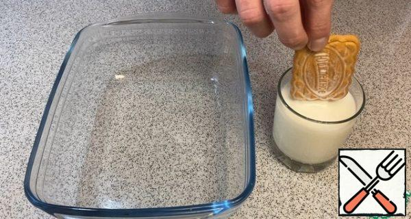 """Pour the milk into a glass, it is advisable to take a glass under the size of the cookie, so that it is more convenient for you to """"immerse"""" the whole cookie"""