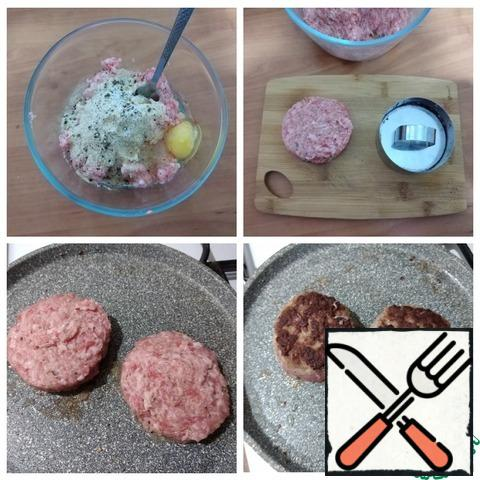 I have ground beef. I added white breadcrumbs, salt and freshly ground black pepper, broke the egg and kneaded it well. Formed cutlets using a ring. The burgers turned out smooth. Fry the cutlets on both sides in a small amount of oil until tender.