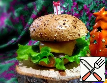 Secure with a skewer and serve. Here's a cheeseburger turned out. Eat with pleasure!