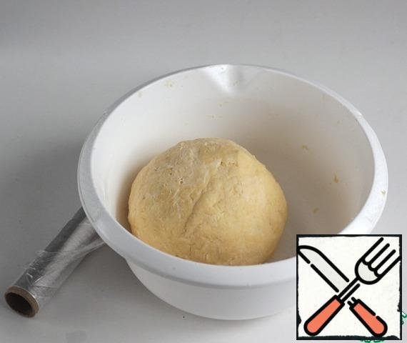 Collect the dough into a ball, tighten with cling film and put it in the refrigerator for an hour.