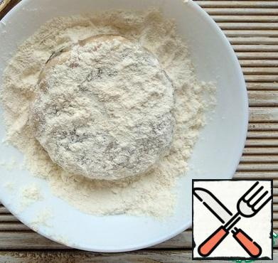 From the resulting minced meat, form cutlets and roll them in flour.