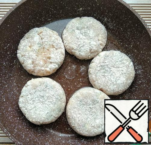 Transfer the cutlets to a frying pan greased with vegetable oil.