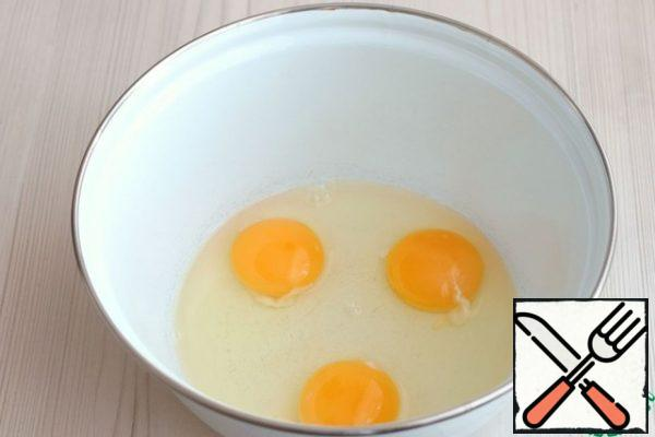 In a bowl, add the eggs (3 pcs.)