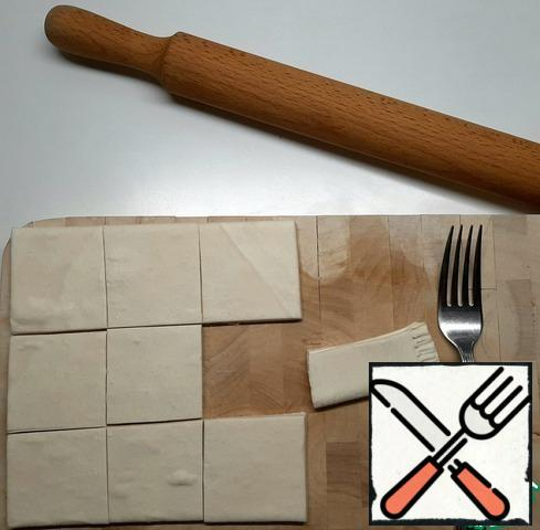 Defrost the puff pastry a little. Cut the sheet into 9 parts and roll out each part slightly.