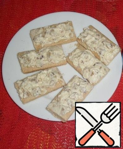 Each loaf is cut into 2 parts. Spread the prepared cheese-nut mixture on the bread.