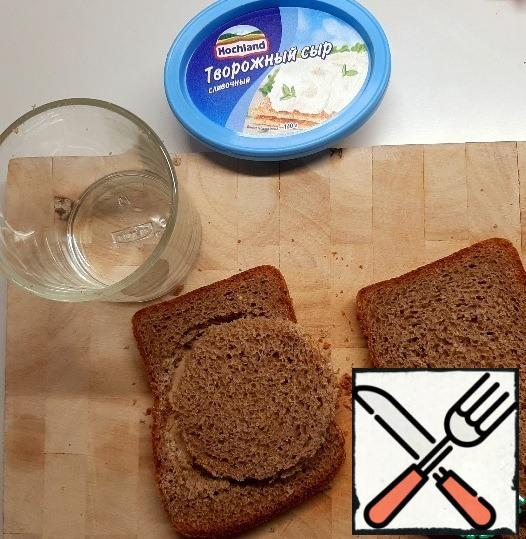 Cut out the bread with a glass of mugs.
