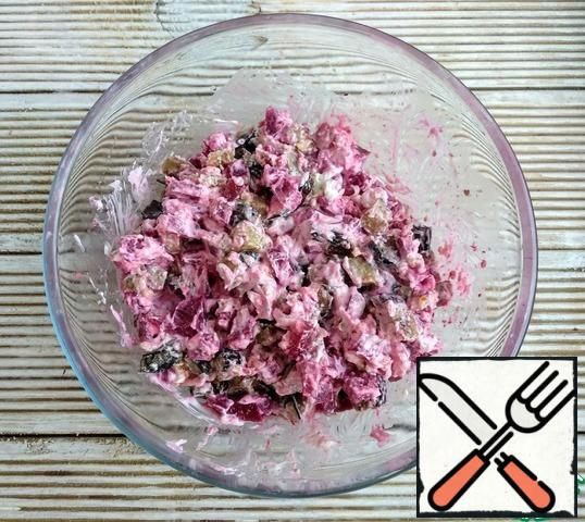 Combine eggplant, beetroot, cottage cheese with sour cream, walnuts and garlic, squeezed through a press. If desired, add salt and your favorite herbs.