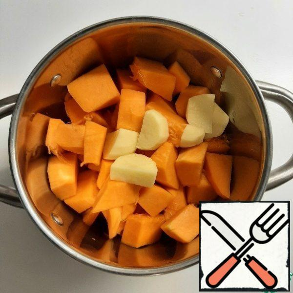 Wash the pumpkin and potatoes, peel them, and cover them with water to cover the vegetables a little. Cook until tender for 15-20 minutes.
