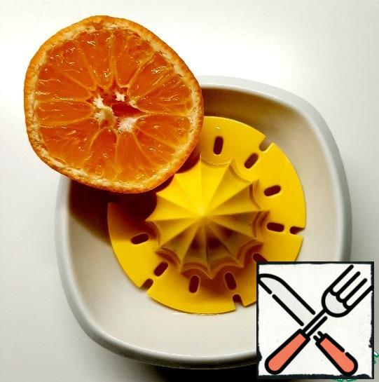 Wash the tangerines and squeeze out the juice.