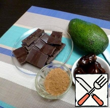 Prepare the ingredients for the candy. Dates should be soft. The avocado is not very large and ripe. Cocoa can be used less or more, it depends on the size of the dates and avocados, cocoa is here as a thickener. Of course, it must be of good quality. My chocolate is 70% black.