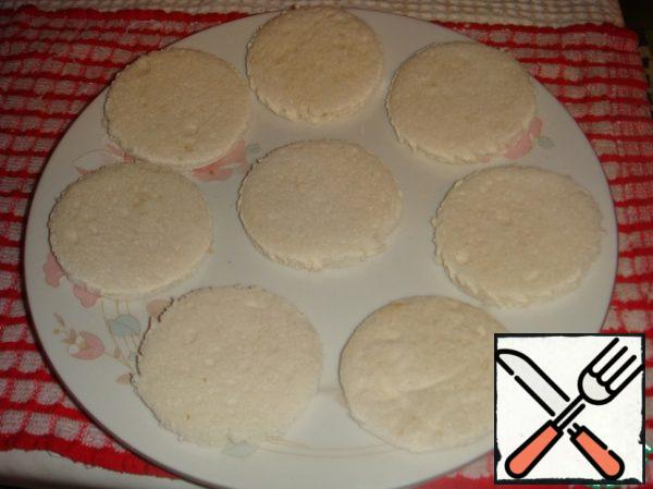 Cut out circles of bread with a diameter of 7-8 cm.