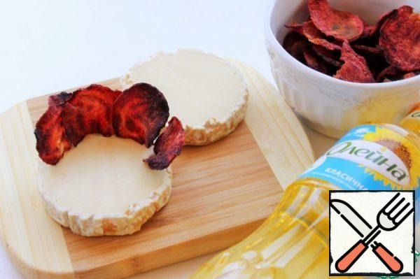 Cut the Camembert cheese in half. Place the chips around the perimeter of the cheese in the form of a rose.