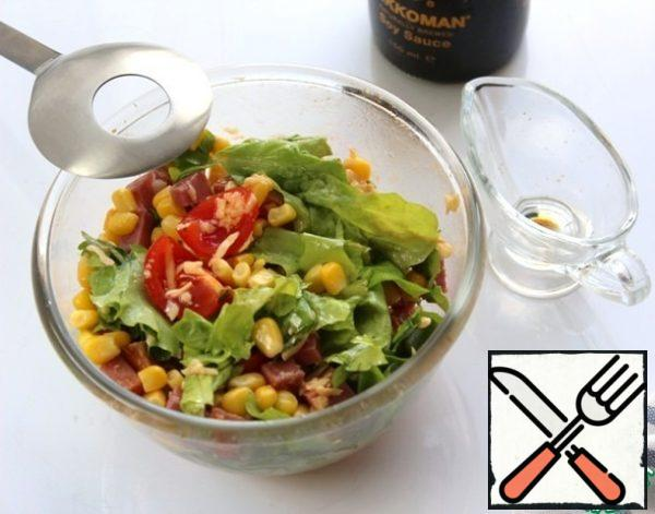 In a bowl, combine all the ingredients, pour the dressing, and pepper. The salad does not need salt, due to the cheese, soy sauce and ham, the taste is balanced.