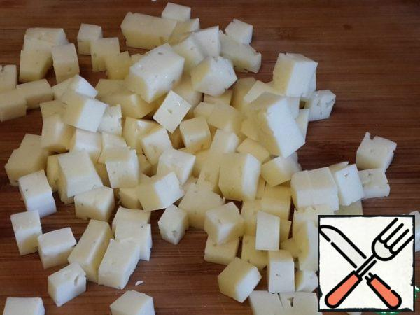 Cut the cheese into cubes. I used the usual hard cheese (sour cream), take the cheese that you like.