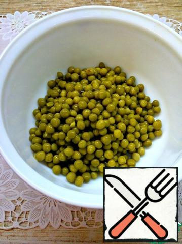 Drain the liquid from the peas. Place in a salad bowl.
