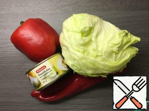 Prepare the ingredients. Wash and peel the peppers and lettuce.