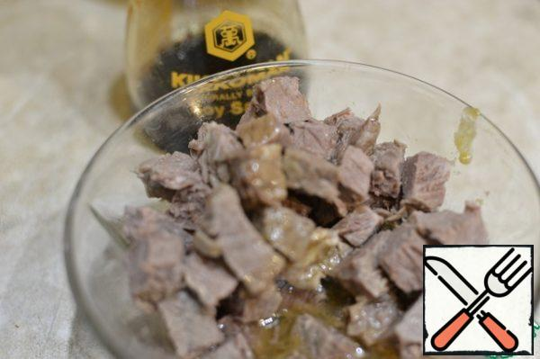 Cut the meat into cubes and pour 2/3 of the finished marinade, leave to marinate for 1 hour-1.5 hours.