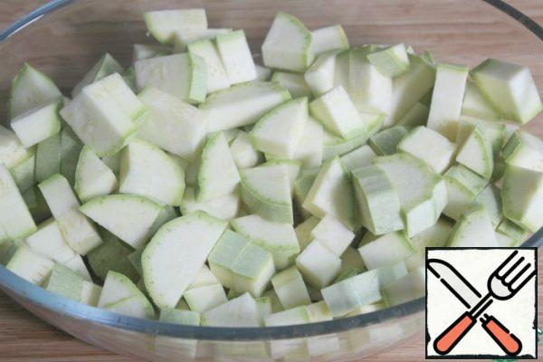 Wash the zucchini, wipe it dry and cut it together with the peel.
