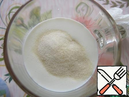 In 100 ml of cream, pour the gelatin, mix and let it swell for 10 minutes.