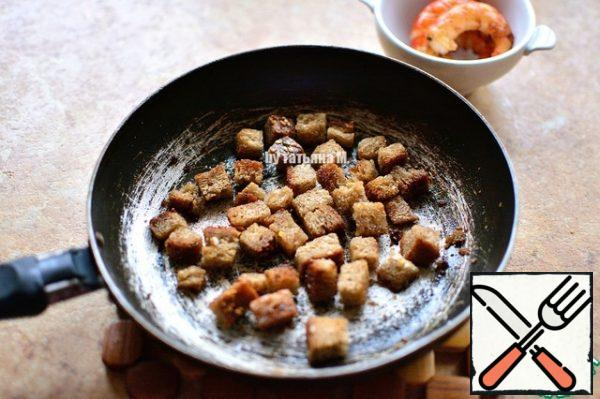 Fry the croutons in butter with the addition of garlic; Cool down;