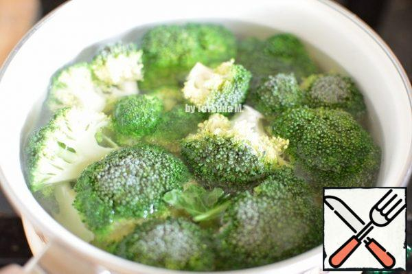 Break the broccoli into inflorescences, cut the stalk and boil for 5 minutes at a boil; Drain the water;