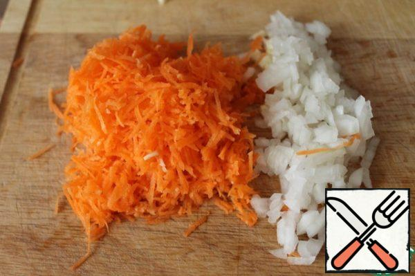 Finely chop the onion and garlic, grate the carrots on a fine grater.