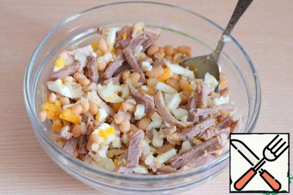 In a bowl, add canned beans (1 ban.), boiled eggs (2 pcs.), chopped beef (200 gr.), chopped onion. Add salt to taste. Season the salad with mayonnaise.