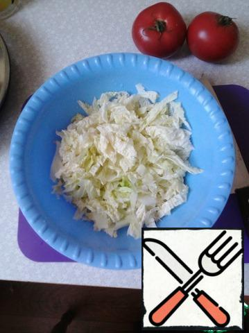 Clean Peking cabbage leaves are separated from the stem, and cut diagonally, 7-10 mm wide.