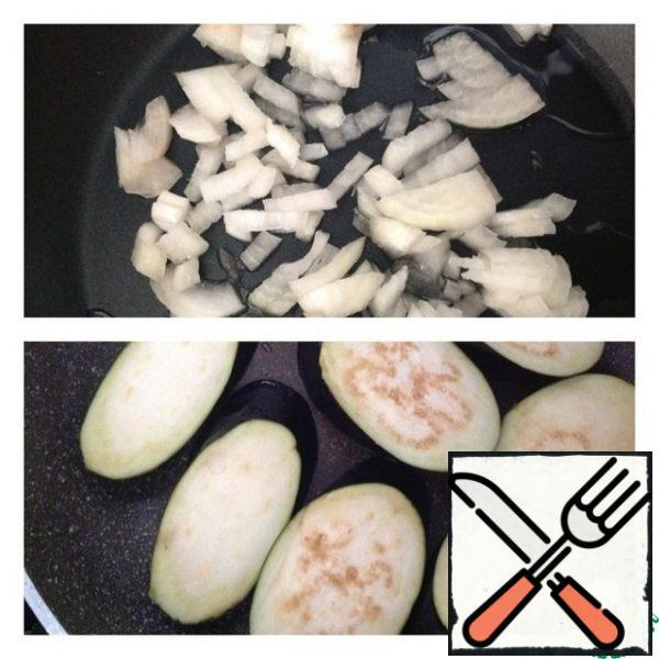 Finely chop the onion into cubes and put it to fry in vegetable oil. In another pan, fry the eggplant cut diagonally or in circles, about 1 cm thick, on both sides.
