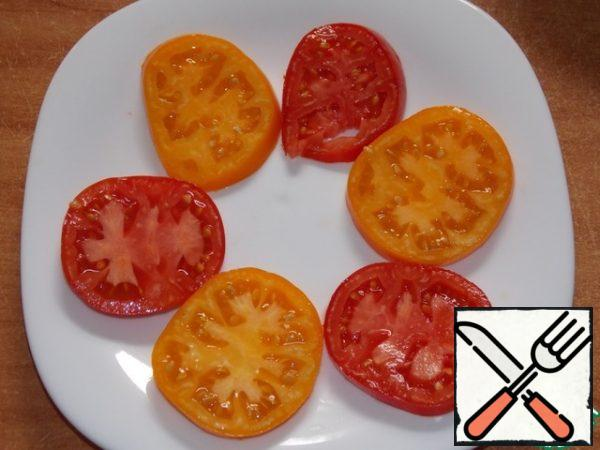 Cut the tomatoes into medium circles. Top with the nut and garlic dressing and serve immediately.