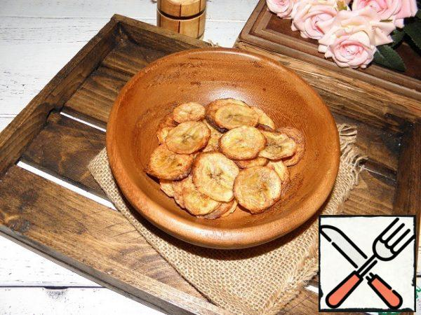 These banana chips can be made salted or without salt and then sprinkle with powdered sugar. You can do it with pepper or vanilla. It all depends on your imagination and taste.