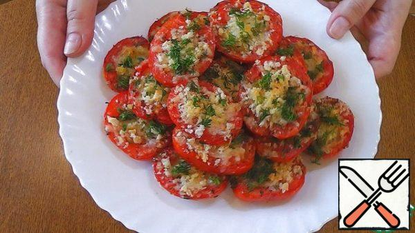 Ready tomatoes sprinkle with herbs and let cool.